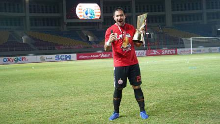 Ekspresi bahagia kiper Persija Andritany Ardhiyasa dengan trophy Piala Menpora 2021 di Stadion Manahan Solo, Minggu (25/04/21).