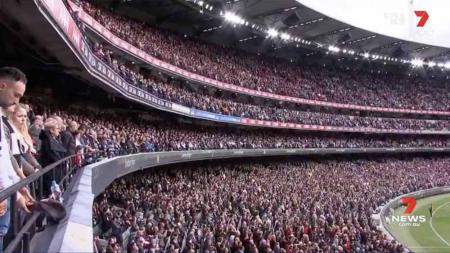 Pertandingan kriket AFL di Melbourne yang dihadiri lebih dari 78 ribu penonton. - INDOSPORT