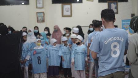 Bintang Manchester City, Ilkay Gundogan saat bagi-bagi Takjil di Indonesia. - INDOSPORT