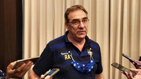 Pelatih Persib, Robert Rene Alberts, saat ditemui di salah satu hotel di Bandung, Senin (26/04/21). - INDOSPORT