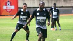 Indosport - Kapten Persipura Jayapura, Boaz Solossa saat berlatih bersama rekannya