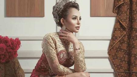 Mantan istri Alfath Fathier, Nadia Christina, membuat para netizen pangling setelah tampil menggunakan gaya baru berhijab. - INDOSPORT