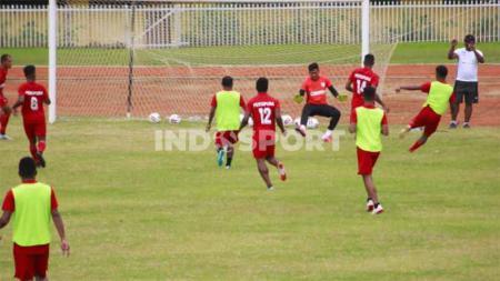 Skuat Persipura Jayapura saat berlatih di Stadion Mandala. - INDOSPORT
