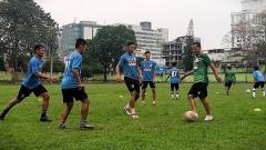 Indosport - PSMS Medan saat melakoni sesi latihan di Lapangan Bunga, Jumat (30/04/21).