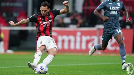 Hakan Calhanoglu mencetak gol di Laga Serie A Italia antara AC Milan vs Benevento - INDOSPORT