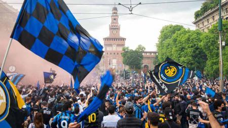 Pesta Suporter Inter Milan rayakan kemenangan di kota Milan. - INDOSPORT