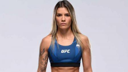 Petarung wanita Luana Pinheiro justru dinyatakan sebagai pemenang meski terkena tendangan brutal hingga terkapar di UFC Vegas 25. - INDOSPORT