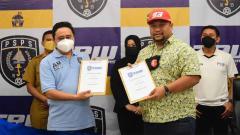 Indosport - Penandatanganan Memorandum antara Bapak Ari Nugroho Arsadianto dan Presiden terbaru PSPS Riau, Bapak Norizam Tukiman.