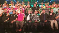Indosport - Komisaris Utama tim sepak bola PSKC Cimahi, Eddy Moelyo (duduk di tengah).