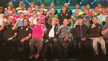 Komisaris Utama tim sepak bola PSKC Cimahi, Eddy Moelyo (duduk di tengah). - INDOSPORT