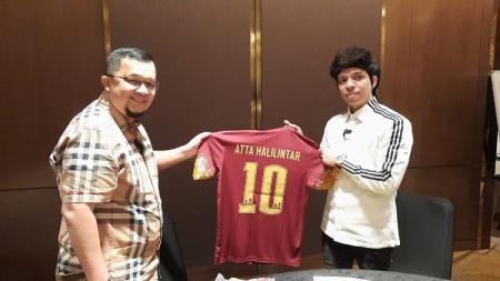 Presiden Sriwijaya FC, Hendri Zainuddin, memberikan jersey kepada Atta Halilintar. - INDOSPORT