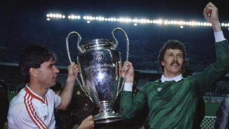 Steaua Bucuresti membawa pulang trofi Piala Champions usai mengalahkan Barcelona di final, 7 Mei 1986. - INDOSPORT