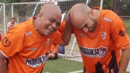 Komedian, Sapri 'pantun' (kiri) bersama Tarik El Janaby. - INDOSPORT