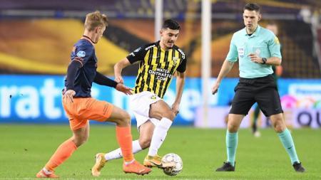 Wonderkid Chelsea yang membela Vitesse, Armando Broja (tengah). - INDOSPORT