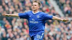 Indosport - Selebrasi gelandang Chelsea, Jesper Gronkjaer, usai membobol gawang Liverpool dalam pertandingan Liga Inggris, 11 Mei 2003.