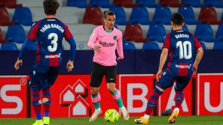 Antoinne Griezmann (tengah) sedang membawa bola dalam pertandingan LaLiga Spanyol antara Levante vs Barcelona yang berakhir imbang.. - INDOSPORT