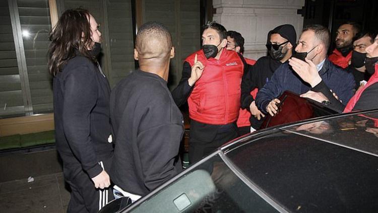 Riyad Mahrez diserang orang tak dikenal di luar sebuah restoran Copyright: Daily Mail