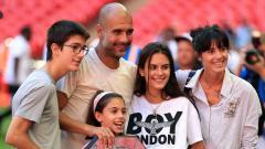 Indosport - Dicampakkan Kekasih, Bintang Tottenham Kecup Mesra Putri Pep Guardiola
