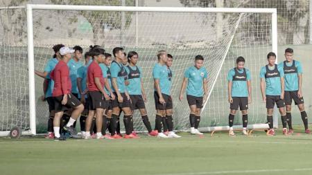 Timnas Indonesia akan melakoni laga uji coba perdana pada pemusatan latihan di Dubai Uni Emirat Arab melawan Afghanistan, Selasa (25/05/21) malam. - INDOSPORT