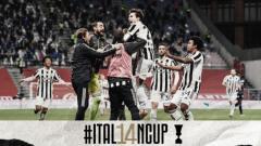Indosport - Selebrasi Pemain Juventus Usai Juara Coppa Italia 20/21