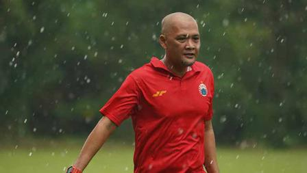 Latihan perdana Persija Jakarta jelang Liga 1 2021 di POR Sawangan, Kamis (20/05/21) dipimpin oleh pelatih Sudirman.