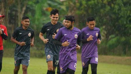 Beberapa pemain seperti Ramdani Lestaluhu, Rezaldi Hehenusa, kiper Adixi Lenzivio terlihat mengikuti latihan perdana Persija Jakarta jelang Liga 1 2021 di POR Sawangan, Kamis (20/05/21).