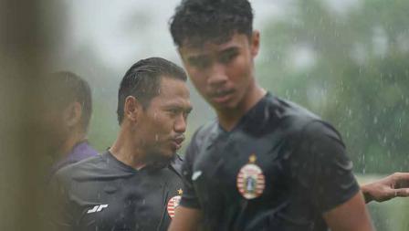 Bek Tony Sucipto (tengah) pada latihan Persija Jakarta jelang Liga 1 2021 di POR Sawangan, Kamis (20/05/21).