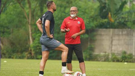 Pelatih Sudirman berbicara dengan Marko Simic (kiri) pada latihan perdana Persija Jakarta jelang Liga 1 2021 di POR Sawangan, Kamis (20/05/21).
