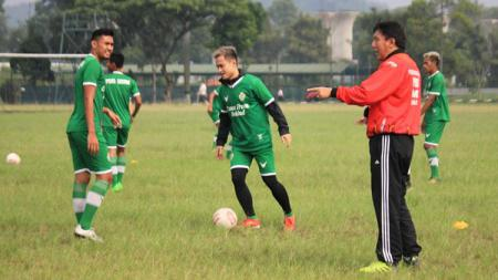 Pelatih PSKC Cimahi, Robby Darwis, saat memimpin latihan di Lapangan Brigif, Kota Cimahi, Jumat (21/05/21). - INDOSPORT
