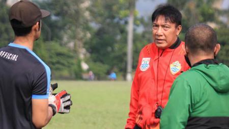 Pelatih PSKC Cimahi, Robby Darwis, bersama official tim di Lapangan Brigif, Kota Cimahi, Jumat (21/05/21). - INDOSPORT