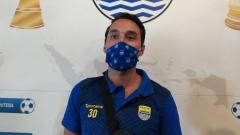 Indosport - Pemain naturalisasi Persib, Ezra Walian, ditemui di Graha Persib, Jalan Sulanjana, Kota Bandung, Sabtu (22/05/21).