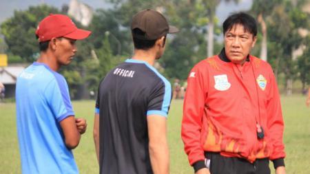 Pelatih PSKC Cimahi, Robby Darwis (kanan) bersama official tim saat latihan di lapangan Brigif, Kota Cimahi, Jumat (21/05/21). - INDOSPORT