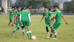 Indosport - Pemain PSKC Cimahi saat latihan di lapangan Brigif, Kota Cimahi, Jumat (21/05/21).