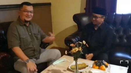 Presiden Klub Sriwijaya FC Hendri Zainuddin bertemu dengan Dai kondang yang juga merupakan pengusaha, ustadz Yusuf Mansur di Palembang, Senin (24/05/21). - INDOSPORT