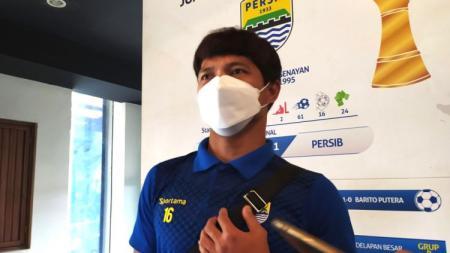Pemain belakang Persib, Achmad Jufriyanto, buka suara soal wacana Liga 1 tanpa degradasi. - INDOSPORT