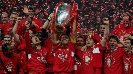 Segenap pemain Liverpool bersorak dalam seremoni juara Liga Champions usai mengalahkan AC Milan di final, 25 Mei 2005. - INDOSPORT