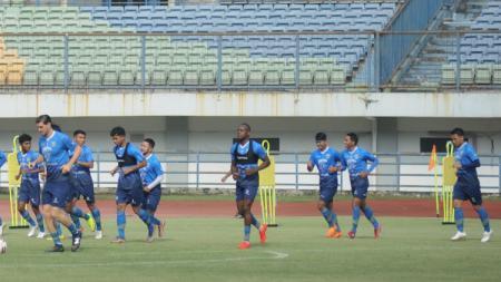 Persib Bandung masih menunggu persetujuan agar bisa memakai stadion GBLA untuk kembali berlatih sebagai persiapan Liga 1. - INDOSPORT