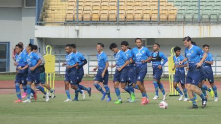 Skuat Persib Bandung berlatih di Stadion Gelora Bandung Lautan Api (GBLA), Kota Bandung, Senin (24/05/21). - INDOSPORT