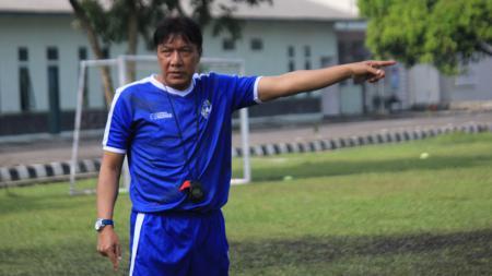 Pelatih PSKC Cimahi, Robby Darwis, saat memimpin latihan di Lapangan Brigif, Kota Cimahi. - INDOSPORT