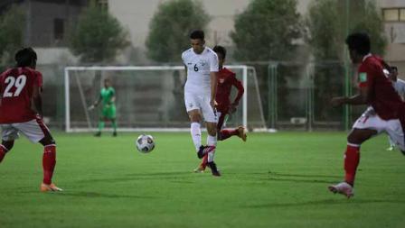 Pemain Afghanistan mendapat hadangan dari beberapa pemain Timnas Indonesia pada laga uji coba di Iranian Club Stadium, Dubai, Uni Emirat Arab (UEA), Selasa (25/05/21).
