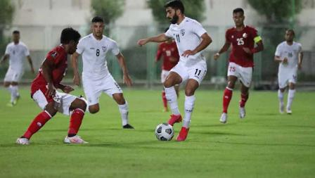 Pemain Afghanistan berusaha melewati hadangan pemain Timnas Indonesia pada laga uji coba di Iranian Club Stadium, Dubai, Uni Emirat Arab (UEA), Selasa (25/05/21).