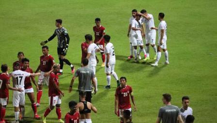Suasana para pemain Timnas Indonesia dan Afghanistan usai laga uji coba berakhir di Iranian Club Stadium, Dubai, Uni Emirat Arab (UEA), Selasa (25/05/21).