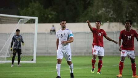 Dua pemain Timnas Indonesia, Andy Setyo (tengah) dan Ady Setiawan (kanan) saat menjaga pertahanan tim dari serangan sepak pojok Afganistan pada laga uji coba di Iranian Club Stadium, Dubai, Uni Emirat Arab (UEA), Selasa (25/05/21).