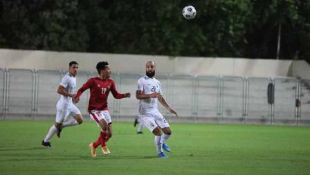 Pemain Timnas Indonesia, Witan Sulaiman berduel dengan pemain Timnas Afghanistan pada laga uji coba di Iranian Club Stadium, Dubai, Uni Emirat Arab (UEA), Selasa (25/05/21).