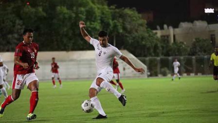 Bek Timnas Indonesia, Andy Setyo berusaha menghalangi pergerakan pemain Afghanistan pada laga uji coba di Iranian Club Stadium, Dubai, Uni Emirat Arab (UEA), Selasa (25/05/21).