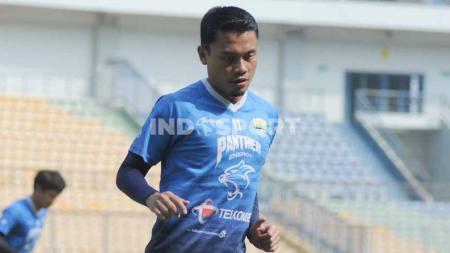 Gelandang Persib, Dedi Kusnandar, saat berlatih di Stadion GBLA, Kota Bandung. - INDOSPORT
