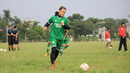 Gelandang PSKC Cimahi, Muhammad Agung Pribadi saat berlatih di Lapangan Brigif, Kota Cimahi. - INDOSPORT