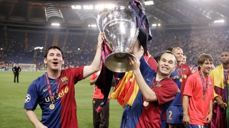 Lionel Messi mengangkat trofi juara Liga Champions usai mengalahkan Manchester United di final, 27 Mei 2009. - INDOSPORT