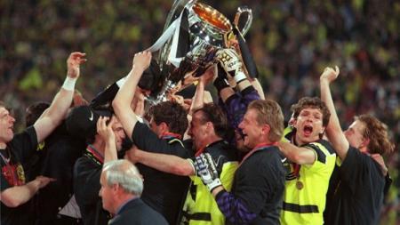 Pemain Borussia Dortmund bersorak-sorai saat menjuarai Liga Champions usai mengalahkan Juventus di final, 28 Mei 1997. - INDOSPORT