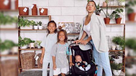 Jennifer Bachdim bersama Tiga Anaknya - INDOSPORT
